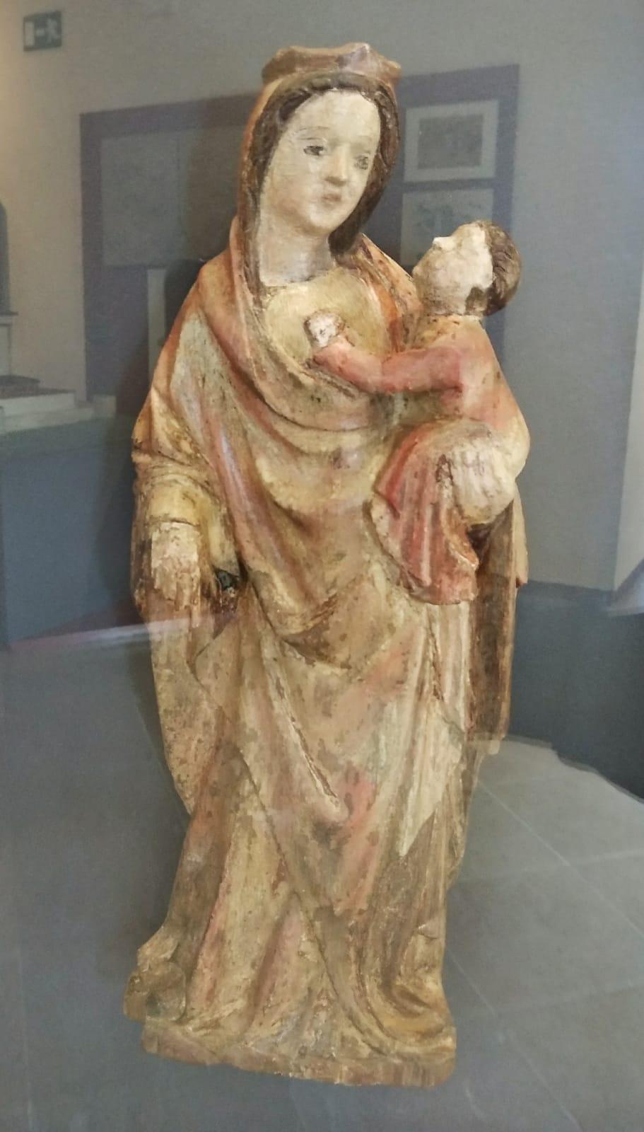 Talla de la Virgen con el niño