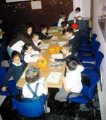 Niños participando en el taller Jugando con las cifras y las letras